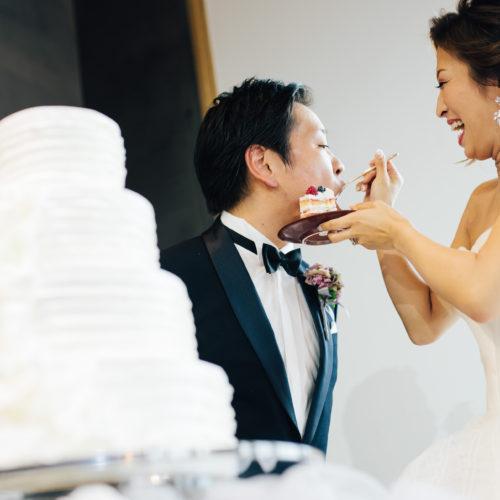会場装花に合わせたおしゃれなウエディングケーキ